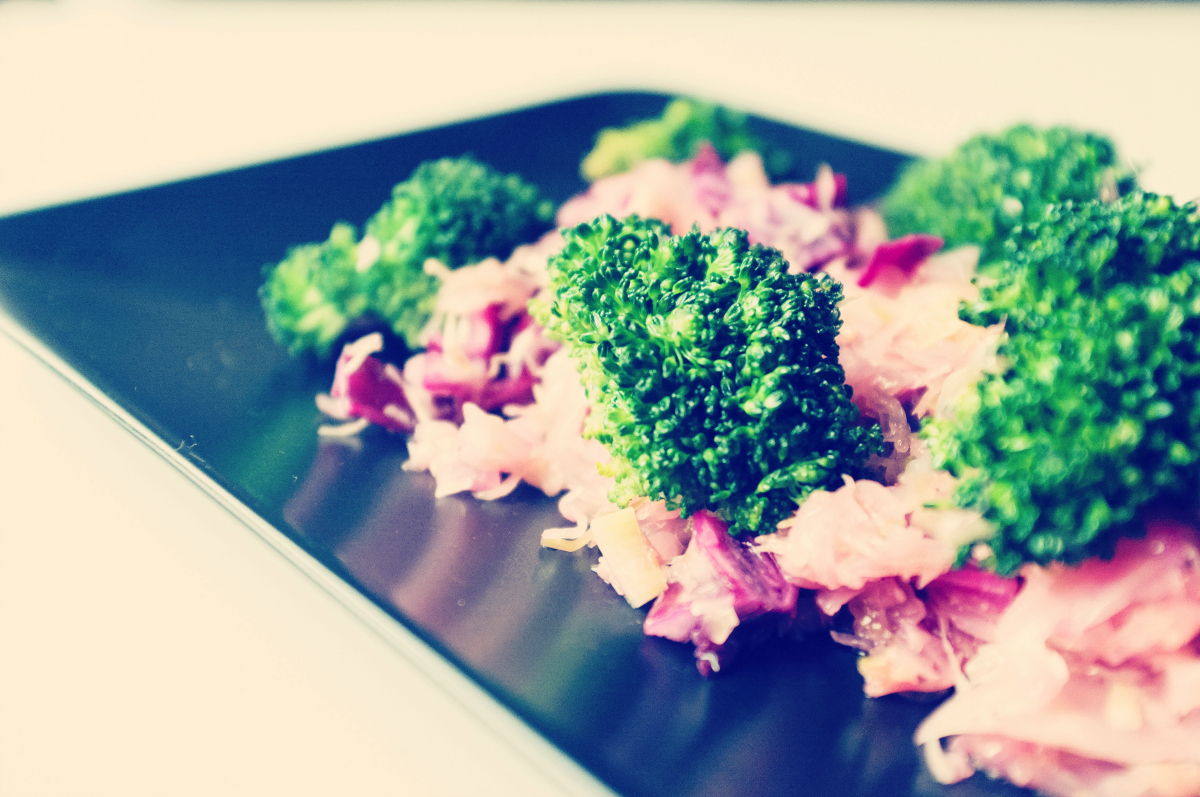 foodiesfeed.com_broccoli-with-red-cabbage