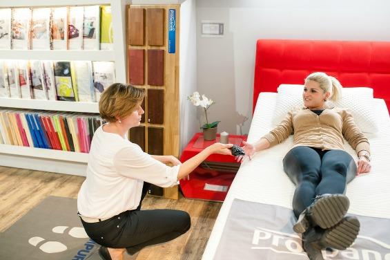 """Je něco, co se prodává nejlépe? """"Všechno, nemůžete selektovat, to nejde. Baví mě, že musíte být kreativní. Přijde zákazník, který má svůj sen, představu, kterou musíme umět skloubit s realitou. Tam nastupuje odbornost obchodníka, někdy třeba předěláme design celé postele."""""""