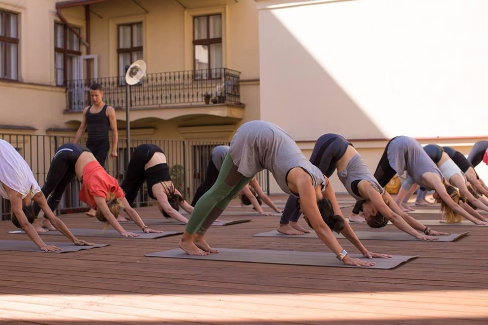 Ranní jóga na střešní terase Jógovny celé léto