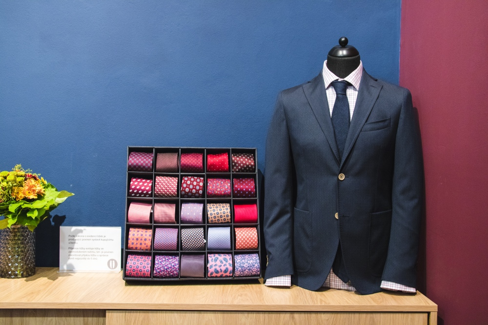 business casual černý oblek a kravaty