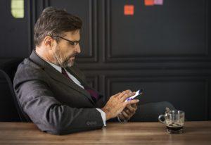 Sociopat nebo psychopat v práci, muž s mobilem