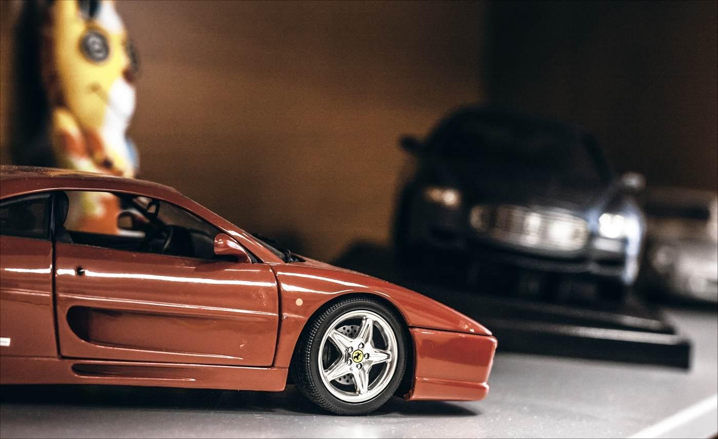 Vkanceláři Tomáše Loukoty vpražských Holešovicích jsme obdivovali modely aut. Vína zvinařství JOHANN W se dají přirovnat kjedinečnosti vystavených modelů