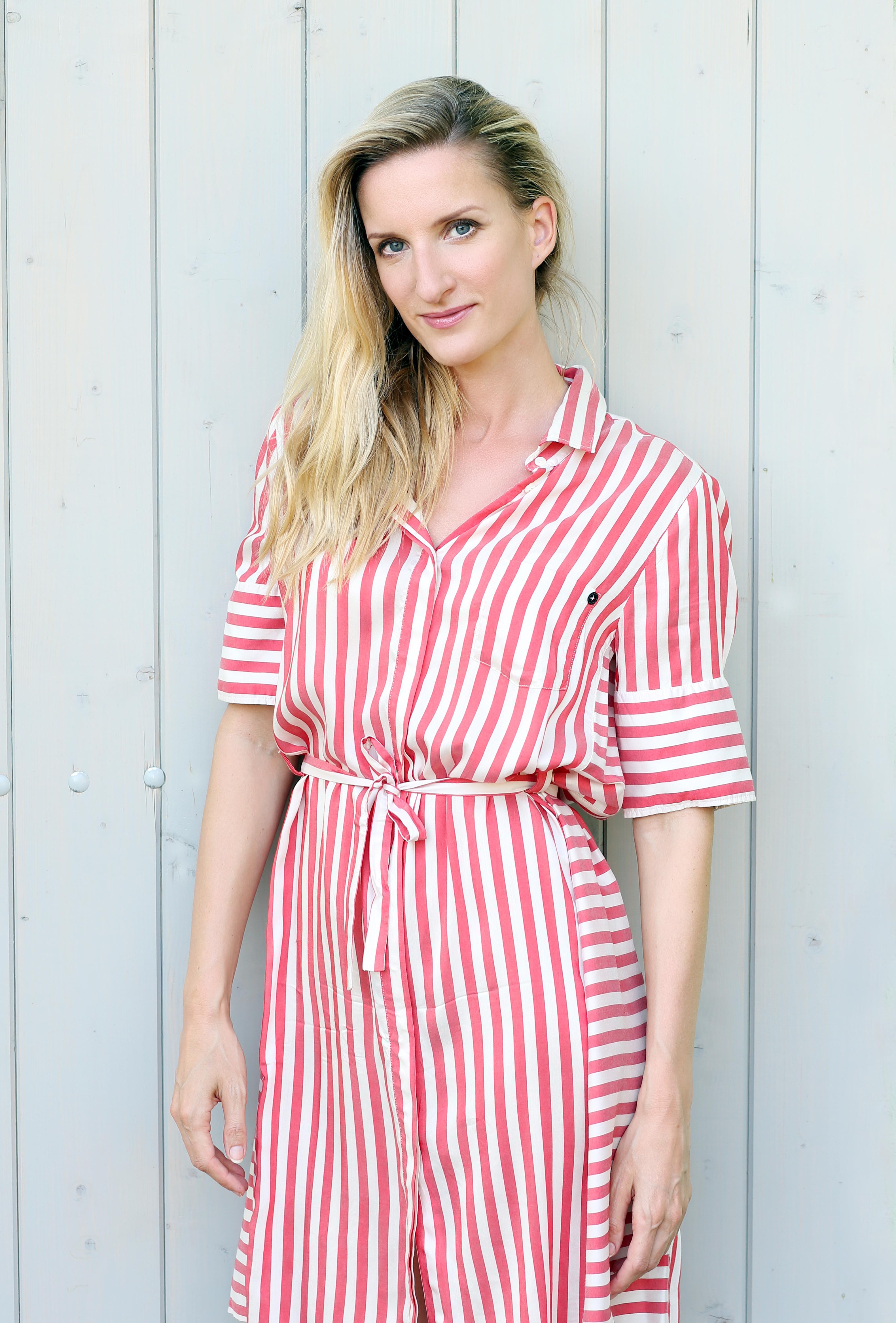 Adéla Banášová pruhované šaty