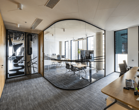 prosklená kancelář