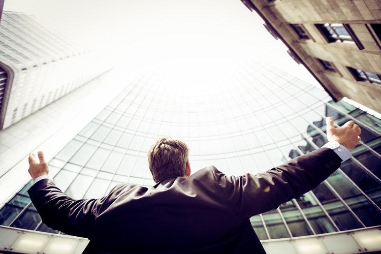 sebevědomý muž v businessu