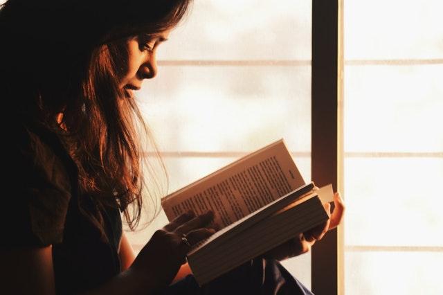 introvert, obchod, žena čte knihu